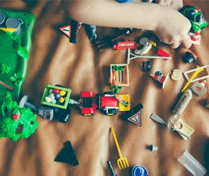 enfant en train de jouer au Playmobil